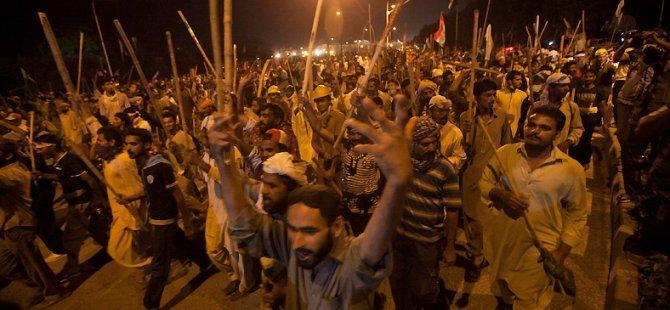 Pakistan'da Göstericiler Polisle Çatıştı