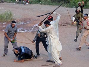 Pakistan'da Göstericiler Polisi Püskürttü (FOTO)