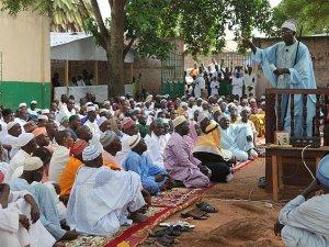 Bangui'deki Katolik Kilisesini Müslümanlar Koruyor