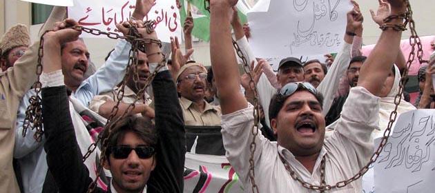 Pakistan'da 200 Muhalif Tutuklandı
