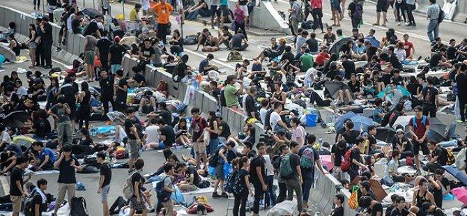 Hong Kong'daki Endişeli Bekleyiş Sürüyor