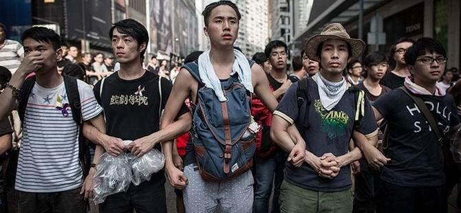 Hong Kong'da Karşıt Gruplar Çatıştı