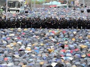 Polis Gözetiminde Bayram Namazı!