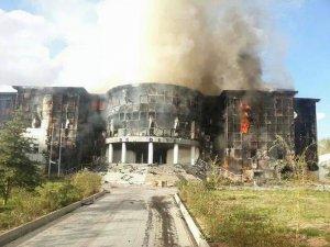 Belediye Binasını Yağmalayıp Ateşe Verdiler