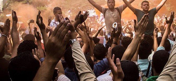 Mısırlı Öğrencilerden Darbecilerin Uygulamalarına Protesto