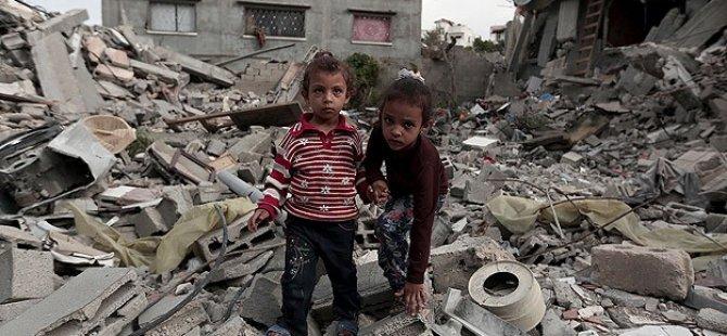 """Gazzeli Çocuklar Enkaz Altında """"Kışlıklarını"""" Arıyor"""