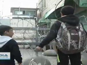 Filistinli Çocuk İsrail Askerlerine Kafa Tuttu