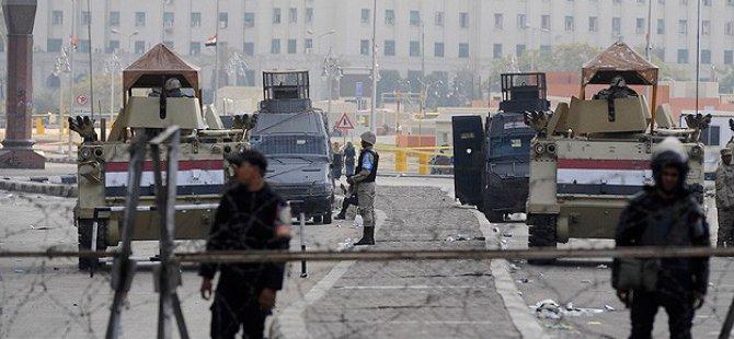 Mısır Cuntası Tahrir Meydanını Trafiğe Kapattı