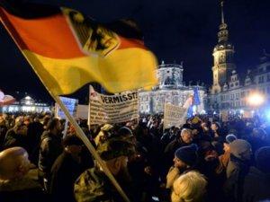Almanya'da Irkçılık Meydanlara Taştı