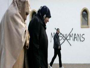 """""""İslamofobik Saldırıların Hedefi Kadınlar"""""""