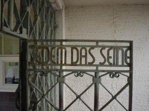 Mülteciler Nazi Toplama Merkezinde Tutuluyor