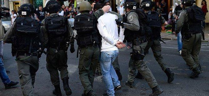Siyonist Askerler 9 Filistinliyi Gözaltına Aldı