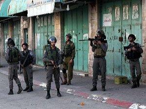 İsrail Batı Şeria'da 10 Filistinliyi Gözaltına Aldı
