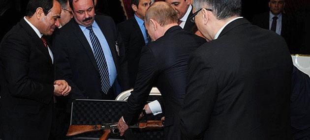 Putin'den Sisi'ye Kalaşnikof Hediyesi