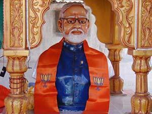 Hindistan Başbakanı Kendi Büstünü Kırdırttı!