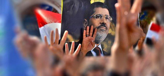Mursi'nin Karar Duruşması Protesto Ediliyor