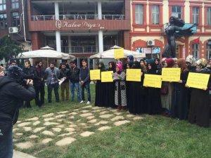 Müslüman Gençler O Ucube Heykeli Protesto Etti