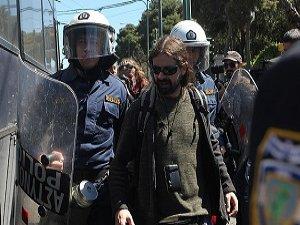 Yunanistan'da İktidar Karşıtları Mecliste Gösteri Yaptı