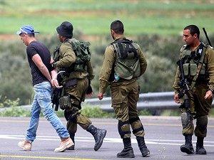 Siyonistler 2 Filistinliyi Gözaltına Aldı