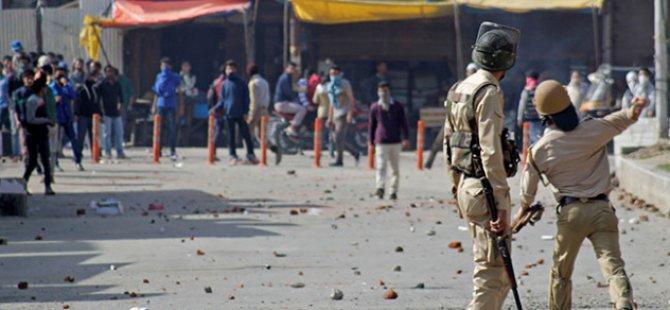 Hindistan Polisi, Keşmir'de Göstericilere Ateş Açtı