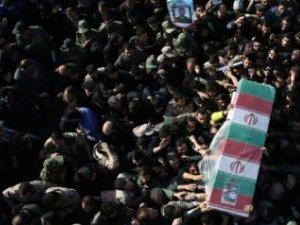 İran'da Suriye'de Öldürülen 3 İranlı Asker İçin Tören