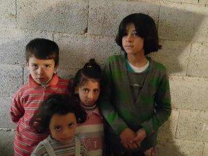 O Duvarın Önünde 4 Suriyeli Çocuk Bize Bakıyordu!