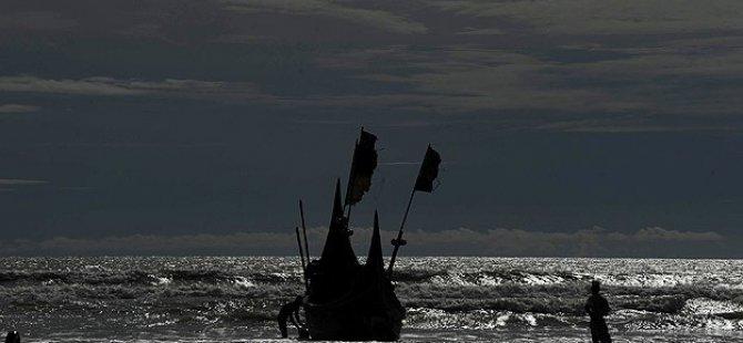 Rohingya Müslümanlarını Taşıyan Tekneler Kıyıya Vurdu