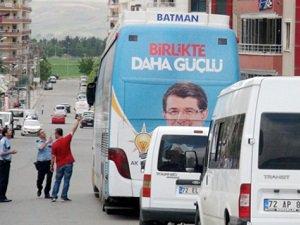 AK Parti Seçim Otobüsüne Saldırı