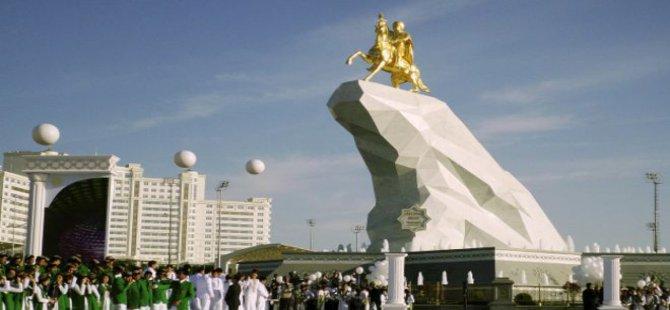 Berdimuhammedov 21 Metrelik Altın Heykelini Diktirdi