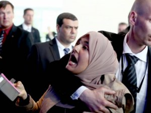 Darbeci Sisi'ye Merkel'in Yanında Protesto