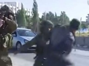 İsrail Askeri Yol Kesip Linç Etmeye Kalktı