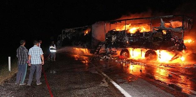 Ağrı'da PKK'li Saldırganlar Yol Kesip Araç Yaktı!