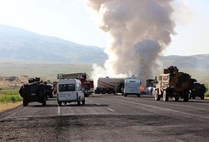 PKK'li Saldırganlar Ağrı'da Yol Kesip İş Makinesi Yaktı