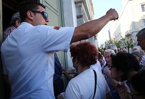 Yunanistan Halkı Bankalara Koştu