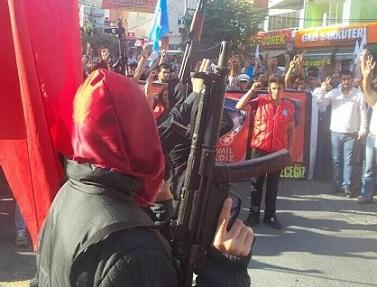 Suruç'ta Ölen 2 Kişinin Cenazesi Silahlarla Karşılandı (FOTO)