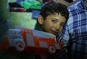 Mendil Satan Suriyeli Çocuğa Davutoğlu'ndan Selâm
