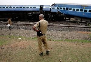 Hindistan'da Yolcu Trenleri Raydan Çıktı: 24 Ölü
