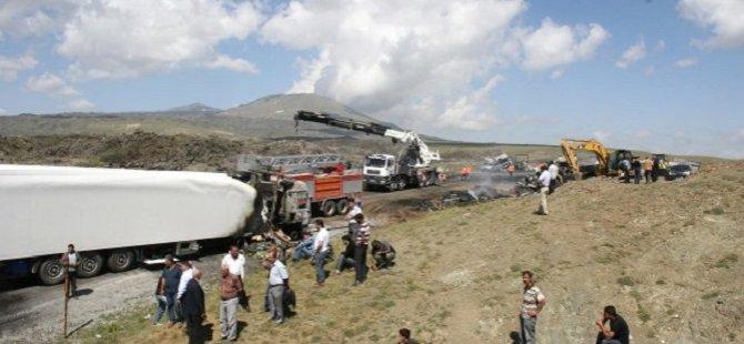 Ağrı'da PKK'lılar 5 Tırı Ateşe Verdi