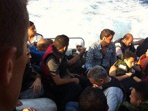İzmir'de 50 Göçmen Boğulmak Üzereyken Kurtarıldı