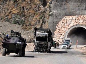 PKK, Şemdinli-Yüksekova Karayolunu Ulaşıma Kapattı
