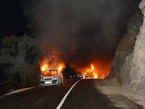 Tunceli'de Yol Kesen PKK 3 Aracı Yaktı