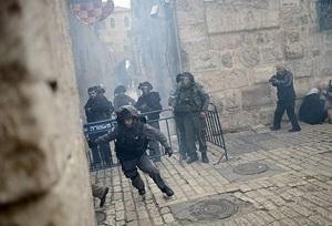 İsrail Askerleri Mescid-i Aksa'ya Postallarıyla Girdi!