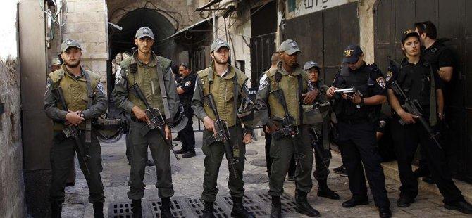 Siyonist İsrail Polisi Mescid-i Aksa'nın Çatısına Çıktı