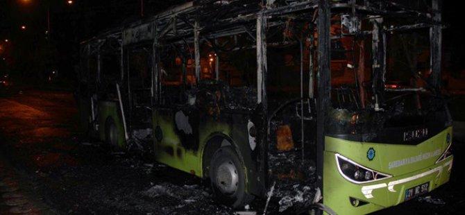 Diyarbakır'da PKK'lı Vandallar Yolcu Otobüsü Yaktı
