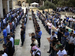 Mescid-i Aksa'da 25 Bin Kişi Cuma Namazı Kıldı