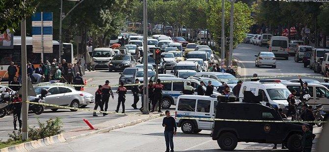 Polise El Bombası Atan 2 Kişi Yakalandı