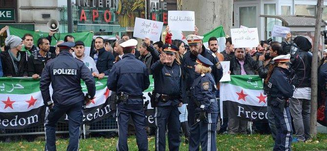 Viyana'da 'Esed' Karşıtı Protesto
