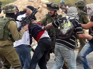 Siyonistler Bir Ayda Bin 520 Filistinliyi Gözaltına Aldı