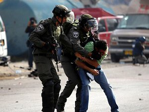İsrail Batı Şeria'da 7 Filistinliyi Gözaltına Aldı