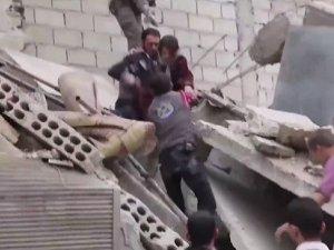 Enkazdan Çıkarılan Suriyeli Kızın Haykırışı